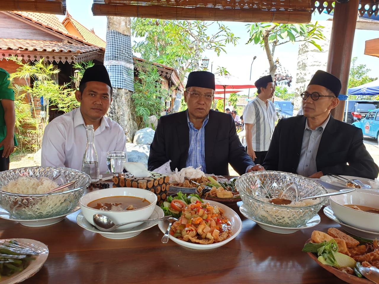 Di Banyuwangi, KH. Said Aqil Nikmati Kudapan Khas Banyuwangi