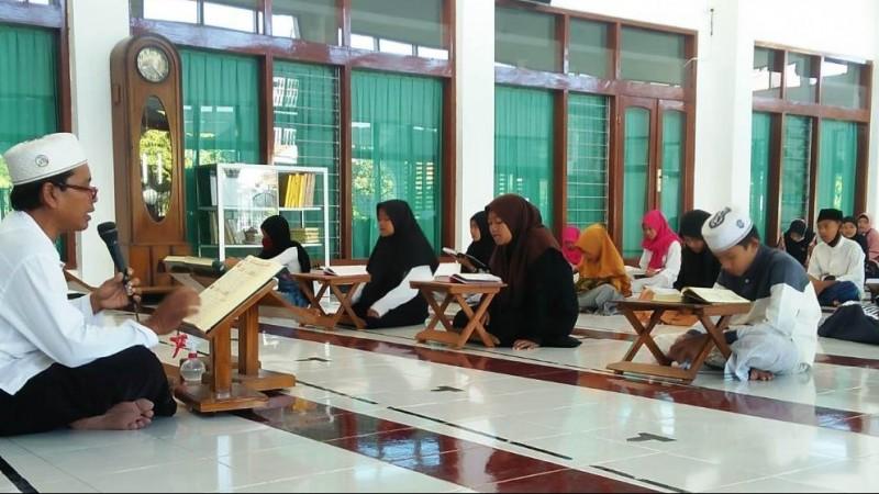 Sejumlah Ustadz dan Santri Terima Santunan dari LAZISNU di Banyuwangi